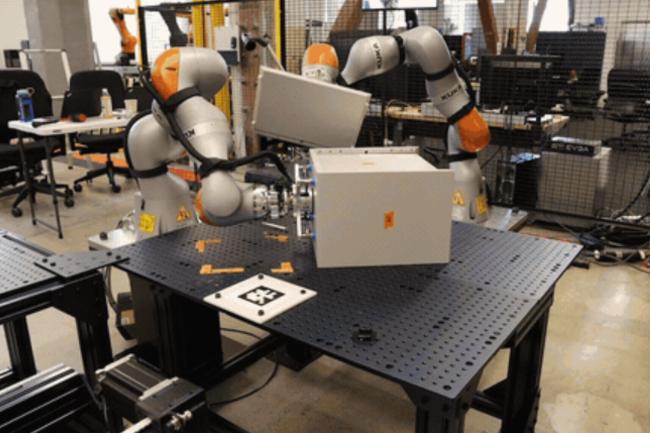 Deux robots utilisent la perception, le contr�le de la force et la planification multi-robots pour assembler un meuble. (Cr�dit : X/Intrinsic)