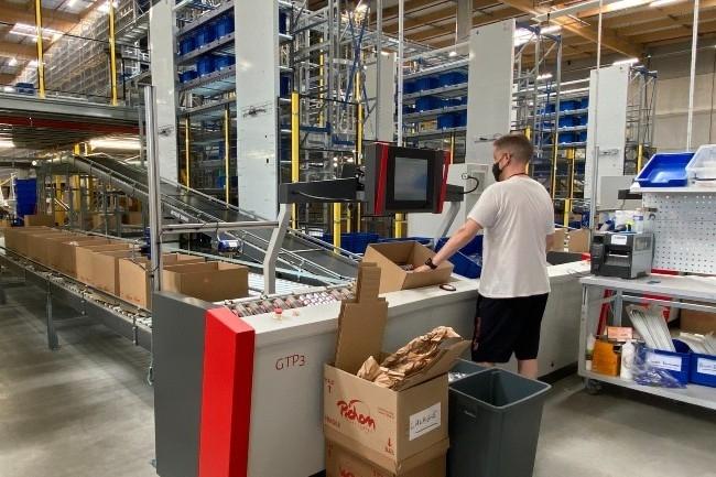 Le syst�me goods-to-person de pr�paration de commandes est aliment� par 72 navettes qui v�hiculent jusqu'� 40000 bacs de produits (Photo E.Delsol)