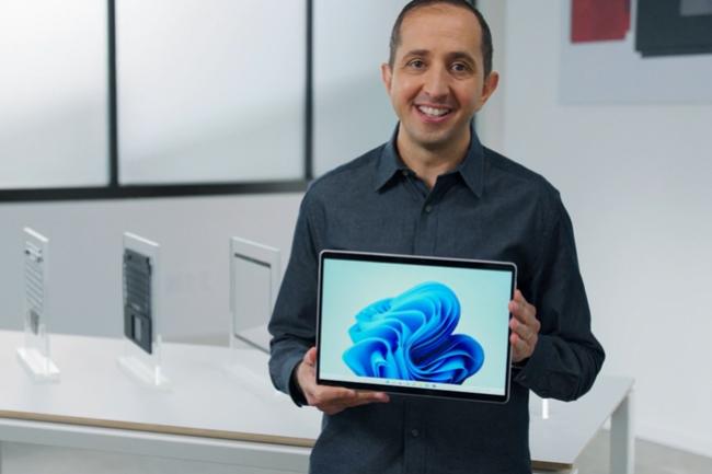 A l'occasion de son �v�nement de rentr�e Surface, Panos Panay, responsable produit chez Microsoft, pr�sentait la derni�re tablette 2-en-1 Surface Pro 8. (Cr�dit : Microsoft)