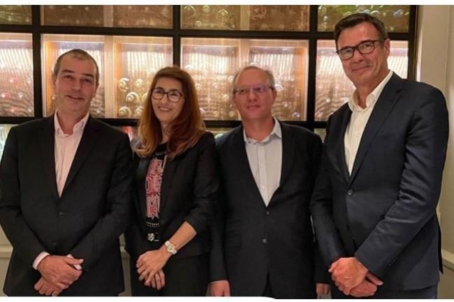 Fran�ois Boulet (associ� fondateur HR Path), Sonia Passemier (directrice g�n�rale d'Extalys), Fabrice Passemier (pr�sident et fondateur d'Extalys) et Jean-Luc Barbier (associ� HR Path) ensemble � l'occasion du rachat d'Extalys par HR Path. (cr�dit : HR Path)