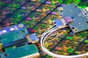 Transfert de données : Intel livre ses modules photoniques