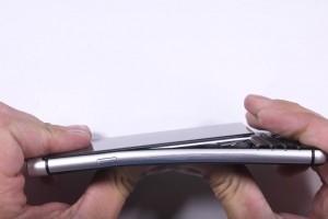 Blackberry Keyone : L'�cran mal coll� se fait la malle