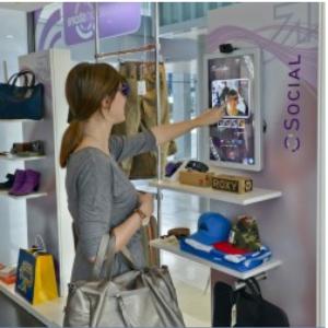Via des écrans disposés dans le magasin, les clients peuvent en direct partager quels achats ils ont réalisés ou désirent faire.