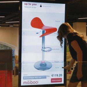 En plus des meubles dans les boutiques, Miliboo propose des écrans pour consulter d'autres objets. (Crédit D.R.)
