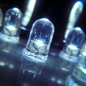 Les lampes LiFi génèrent un flux bidirectionnel et haut débit permettant un accès à Internet par la lumière. (Crédit D.R.)