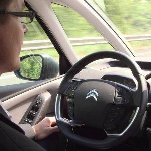 Dans la voiture autonome actuelle, souvent de niveau 2 � 3, le chauffeur est bien pr�sent. Il peut ais�ment l�cher le volant sur certains axes r�glement�s mais reprendre imm�diatement les commandes au cas o�.