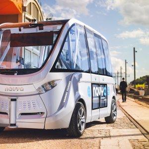 Ce minibus autonome sans chauffeur créé par l'entreprise française innovante Navya est déjà opérationnel en circuit fermé sur des distances très courtes et sans obstacles.