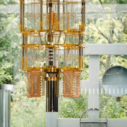 Chez IBM, l'ordinateur quantique fonctionne dans un cryostat de plus de 2 mètres de hauteur rempli d'un mélange d'hélium 3 et d'hélium 4. (Crédit IBM)
